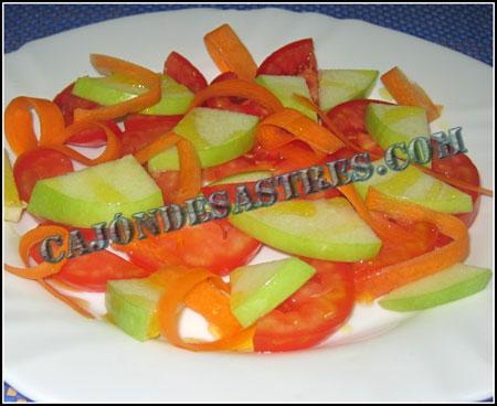Ensalada de tomate con manzana verde