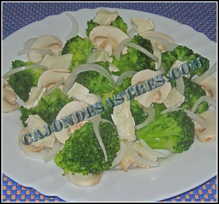 ensalada de brócoli con champiñones y queso de rulo de cabra