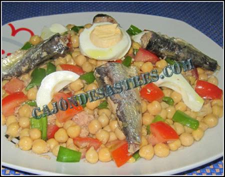Ensalada de garbanzos son sardinas en conserva
