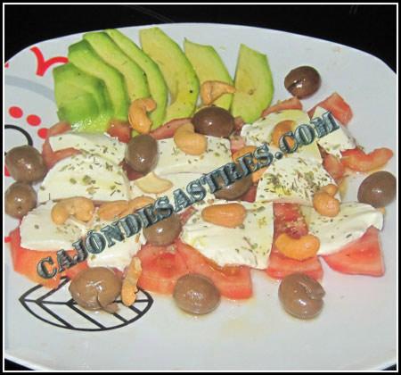 Receta de ensalada de tomate, mozzarella, aguacate y anacardos