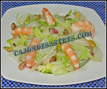 Receta de ensalada de lechugas con bacalao ahumado, langostinos y pistachos.