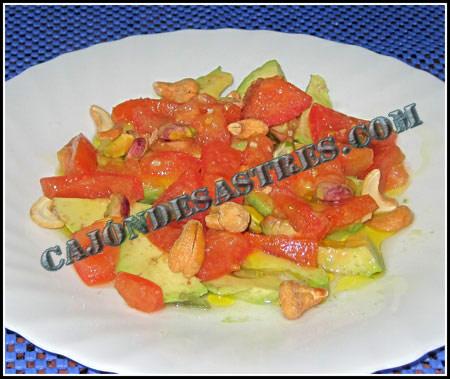 Receta de Ensalada de aguacates con tomate y frutos secos