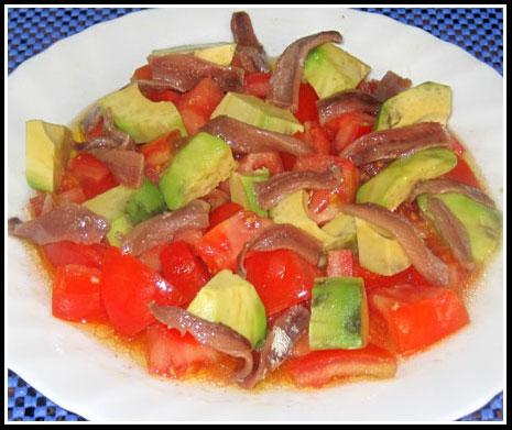 Ensalada de aguacate, tomate y anchoas